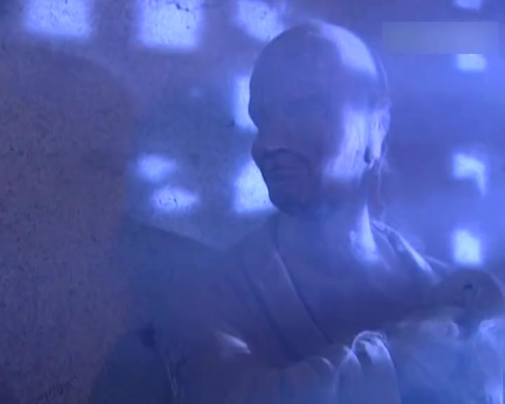小燕子一伙想在破庙过夜,掀开稻草,竟发现了好多吓人的东西