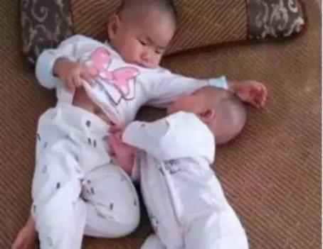 2岁宝宝模仿妈妈照顾半岁弟弟,宝妈推门一看,瞬时笑喷了