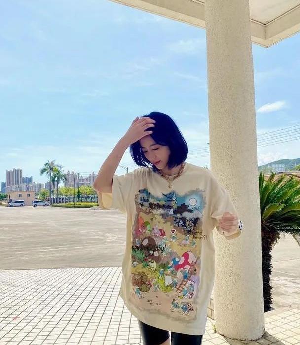 周雨彤高颜值任性,长款印花T恤搭配黑色短裤,身材高挑迷人