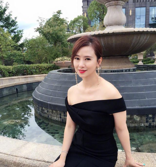 52岁翁虹颜值依然在线,穿一袭黑裙高贵优雅,完全看不出年龄