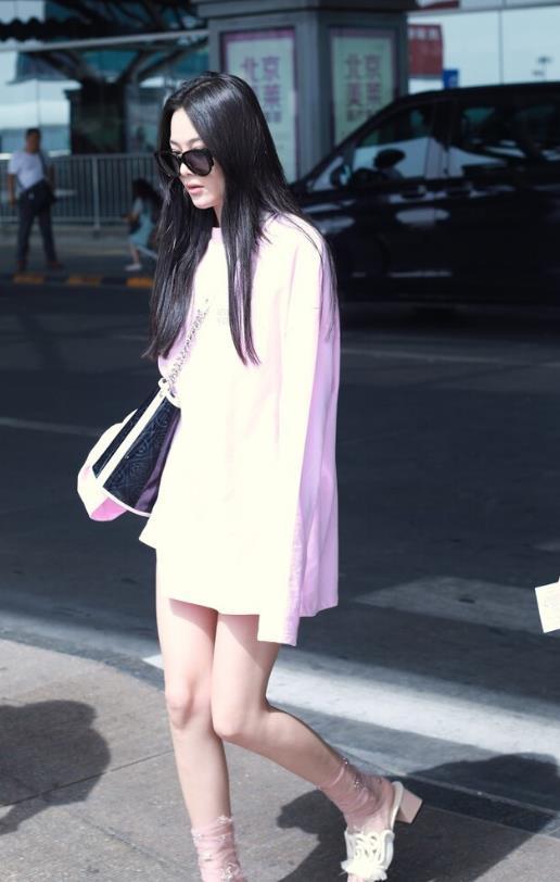 张馨予又任性随意穿搭了,粉色长款T恤配凉拖,薄纱袜子太雷人