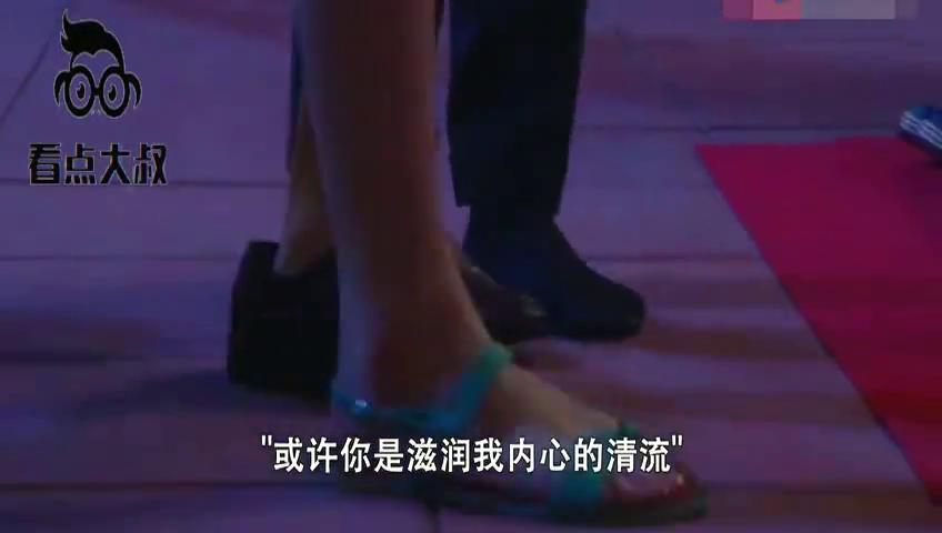 霸道总裁陪灰姑娘逛地摊买鞋,总裁亲自帮穿鞋,真会撒狗粮!