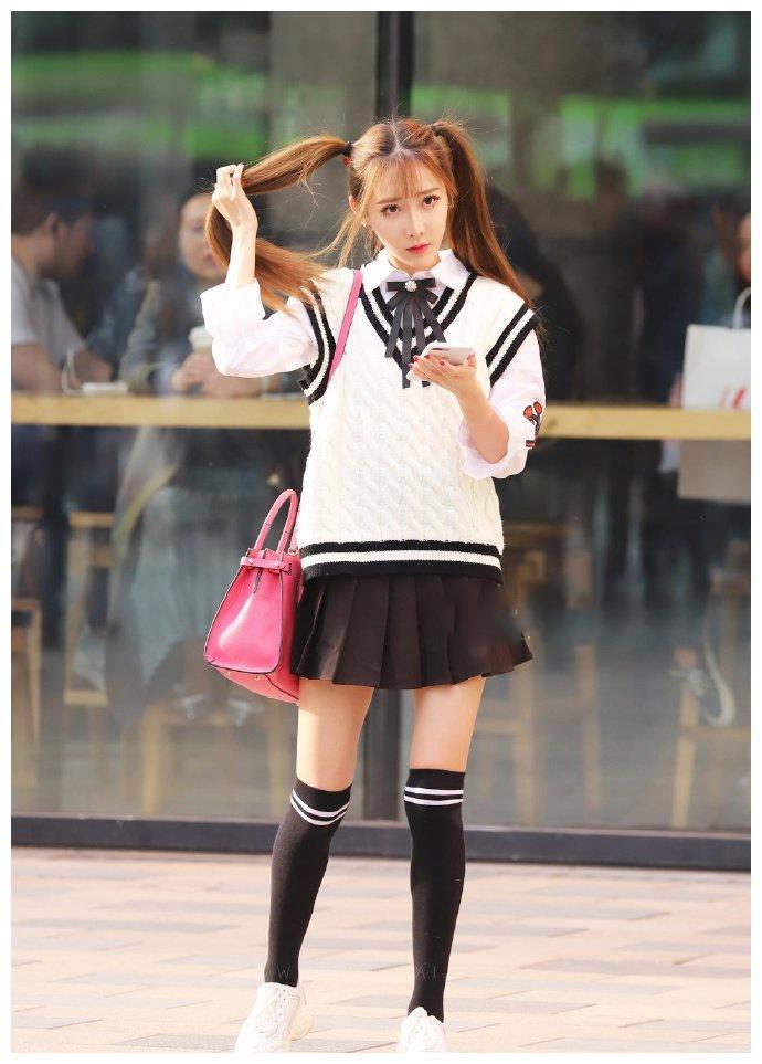 穿百褶短裙搭衬衫,青春又可爱,这才是女生想要的美