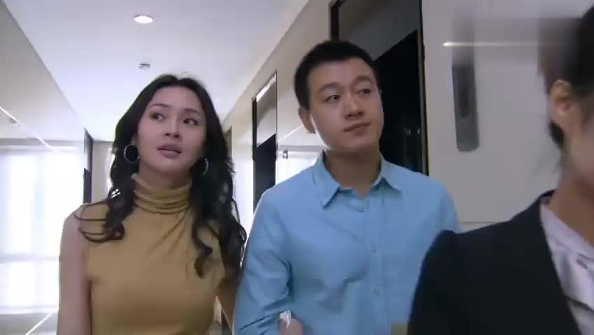 美女带小伙看婚房,本想在商量一下,售楼小姐一句话直接签合同!