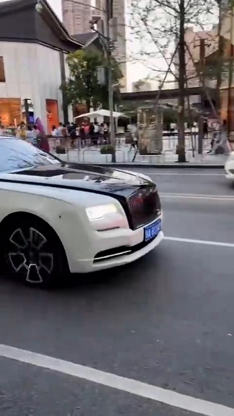视频:劳斯莱斯魅影一个水晶车标,就价值近一辆宝马三系