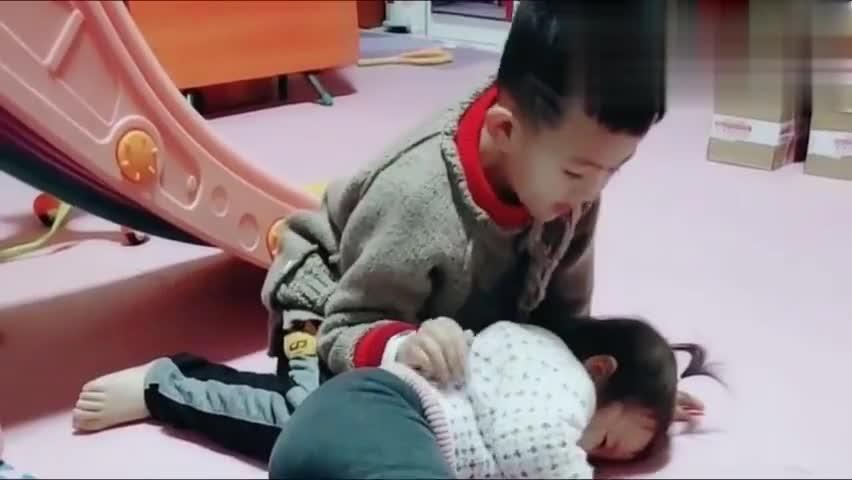妹妹一听说哥哥去上学就难过的趴在地上不起来,这妹妹太爱哥哥
