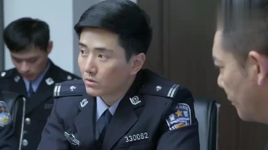 警察锅哥:简凡被重要,到秦队耳边窃窃私语,引得美女们哈哈大笑
