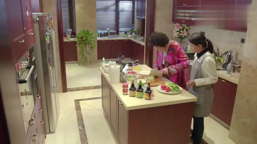 小别离:老太太教保姆做菜,这一套套的真有东北范儿
