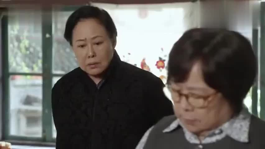 老太太拍黄瓜,姑奶奶不帮就算了,竟在一旁嫌弃