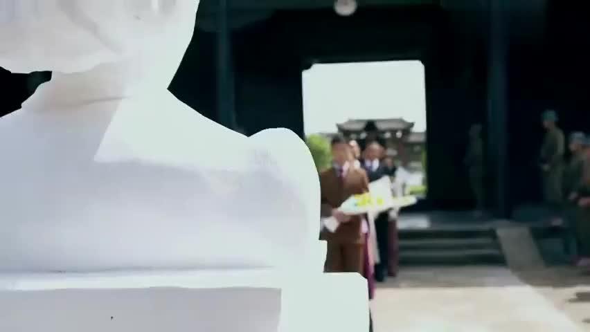 何辅堂的爱人去世,小伙给爱人建造了个雕像,全城的人都来吊唁