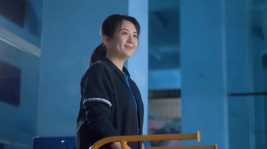 李芳也被忽悠上场和平安打球,看到妈妈不会打平安还有点着急