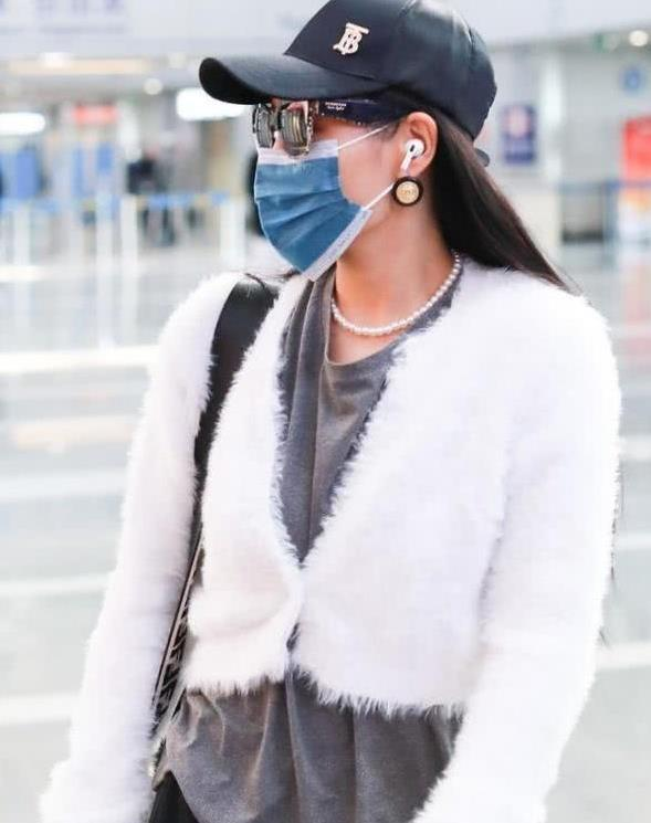 袁维娅穿搭看不懂,长t配短款毛绒外套,品味真让人尴尬