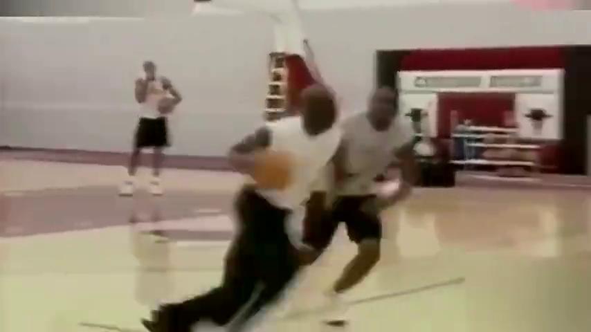 当年乔丹在公牛的训练视频,打谁都虐菜,篮球之神你根本没法防
