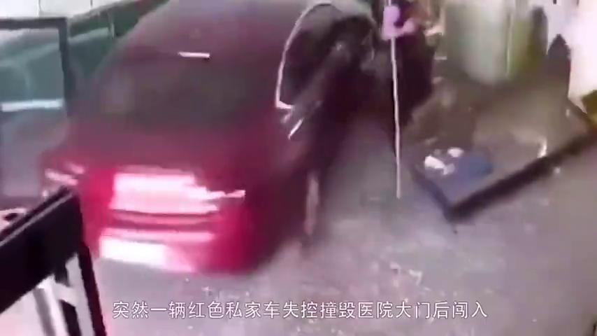 女司机错把油门当刹车,冲进医院输液大厅,瞬间碾压4人