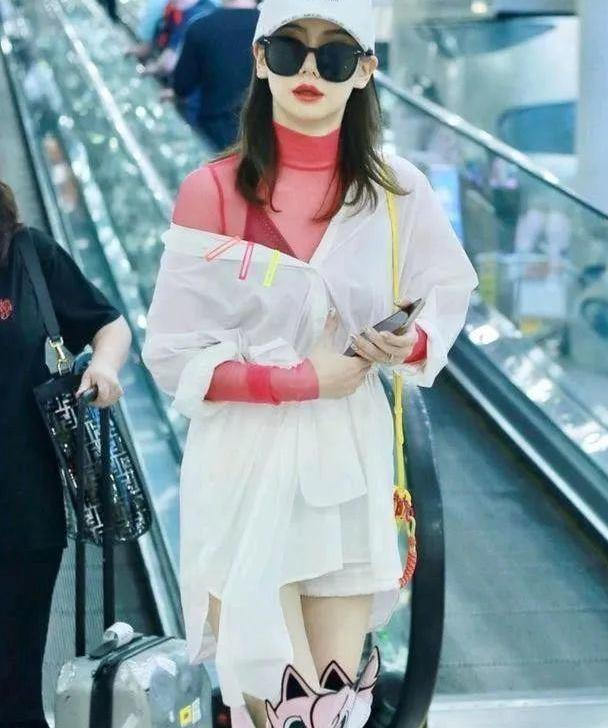 又被戚薇的穿搭惊艳到了,白色衬衫配粉色卡通长靴,时髦又减龄