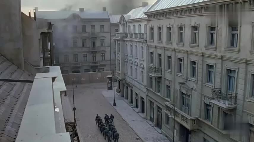 犹太人突袭纳粹,将其打了个措手不及,逼得纳粹士兵抬出大炮