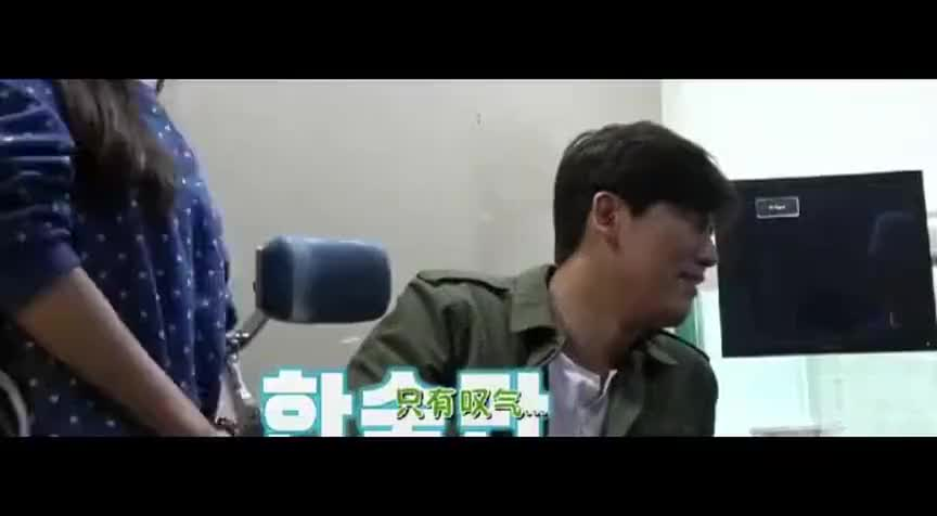 于晓光在韩国打耳钉,疼得腿脚直哆嗦,秋瓷炫嘲笑他像生孩子