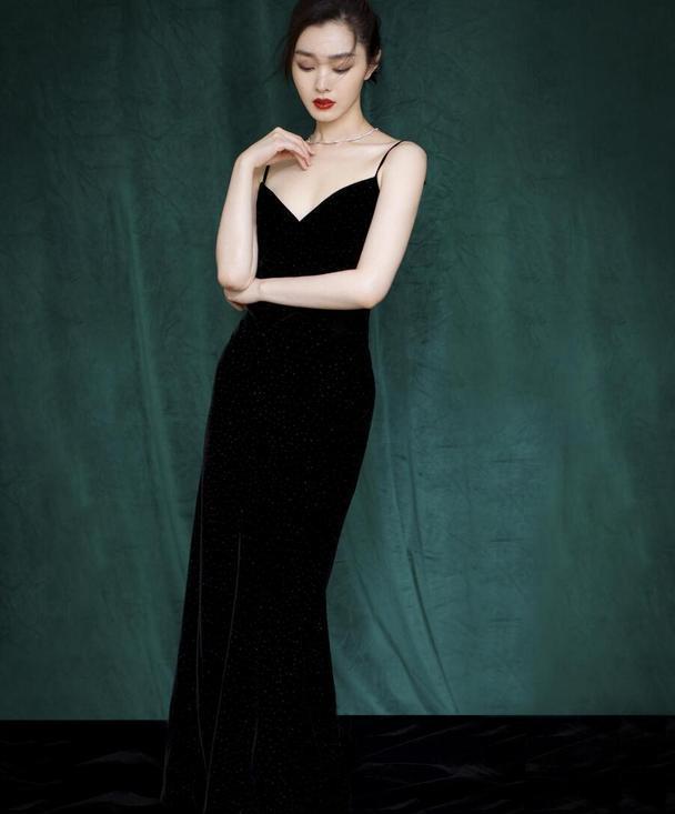 宋轶的身材太好,穿黑色吊带裙凹凸感十足,腰臀比堪称完美
