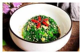 精选美食:地三鲜、烤冷面、凉拌菠菜、素炒豆芽的做法