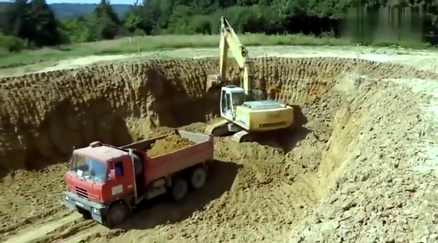 新手开挖掘机的通病,挖不满,转大圈,翻斗时磕油缸