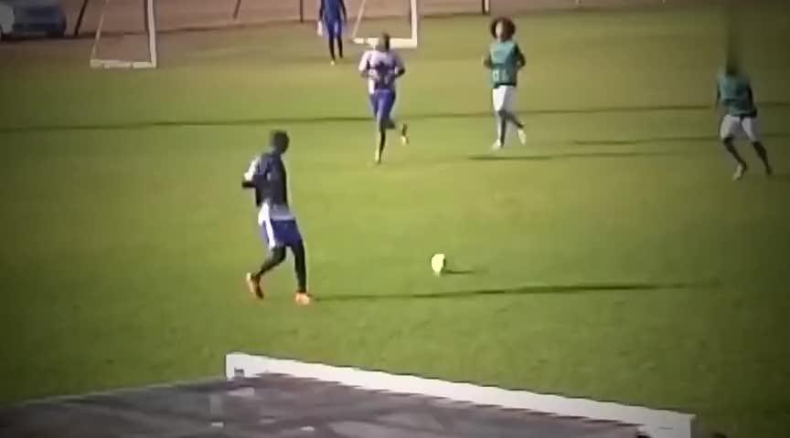 足球场上最嘚瑟的球员,比内马尔还秀的骚操作,就不怕被捶吗
