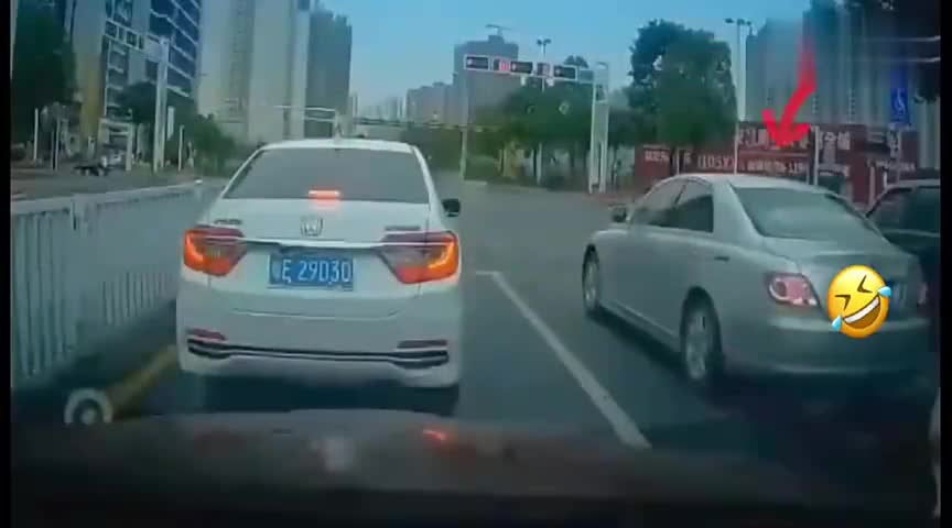 视频:等红灯时遇到丰田锐志烧胎起步!要不要秒了他?