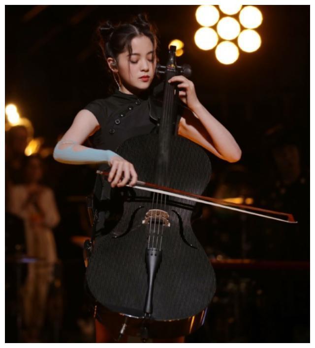 杨紫新剧剧照公开,大提琴家形象受吐槽,对比欧阳娜娜差距太大