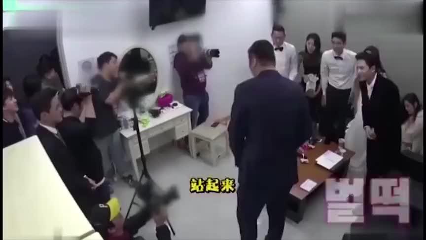 于晓光在韩国的人气爆棚,一身靓装登场,挥挥手让一票女粉丝尖叫