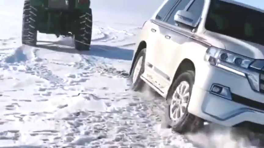 丰田越野车被困雪地,关键时候还得拖拉机来救场,白瞎几十万了