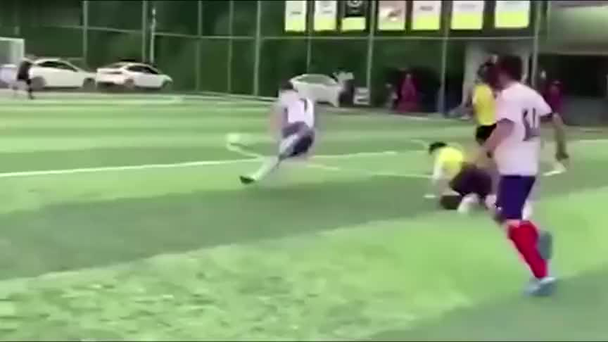 业余比赛又出现暴力事件!重庆某球场因一次铲球发生群殴