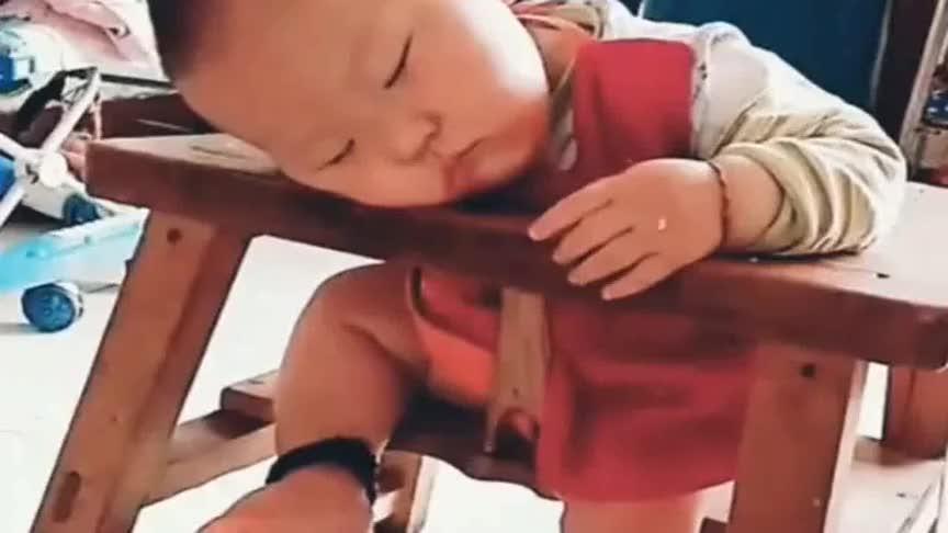 小家伙在宝宝椅上睡着了,看到他的脚后,这操作我有点看不懂