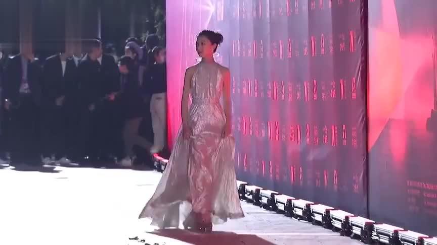 北京电影学院70周年校庆:周冬雨一袭白色长裙走红毯气质优雅