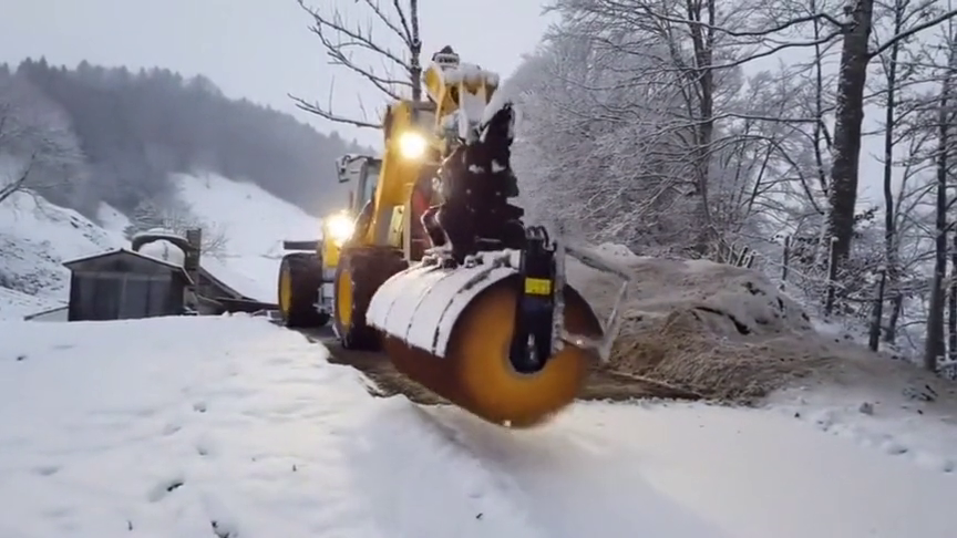国外的挖机师傅改装了挖斗,变成了除雪机,大大提高了工作效率!