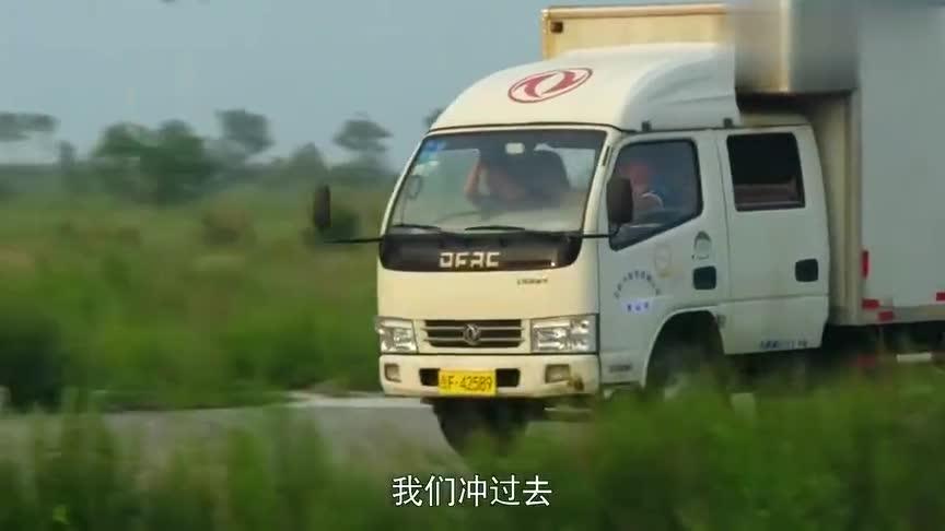 警察锅哥:歹徒开卡车亡命逃跑,锅哥直接把车听路中间,当场截停
