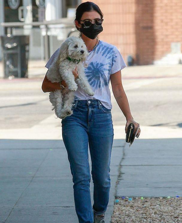 露西·海尔穿白色印花T恤抱狗外出,时尚清新又迷人,气质太好