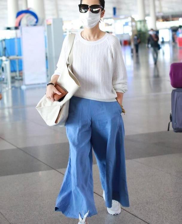 海清引领褶皱时尚,宽松上衣配蓝色阔腿裤,中年活得潇洒自在