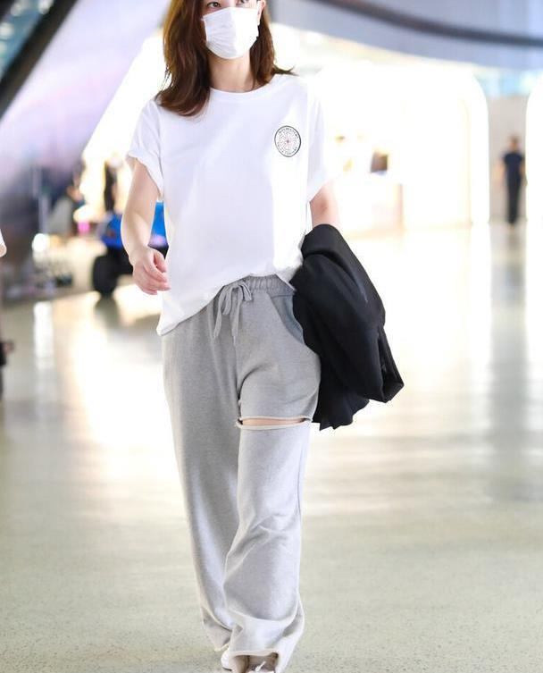 """郑希怡真是""""飒姐"""",白T恤配运动裤都穿出霸气感,气质太高级"""