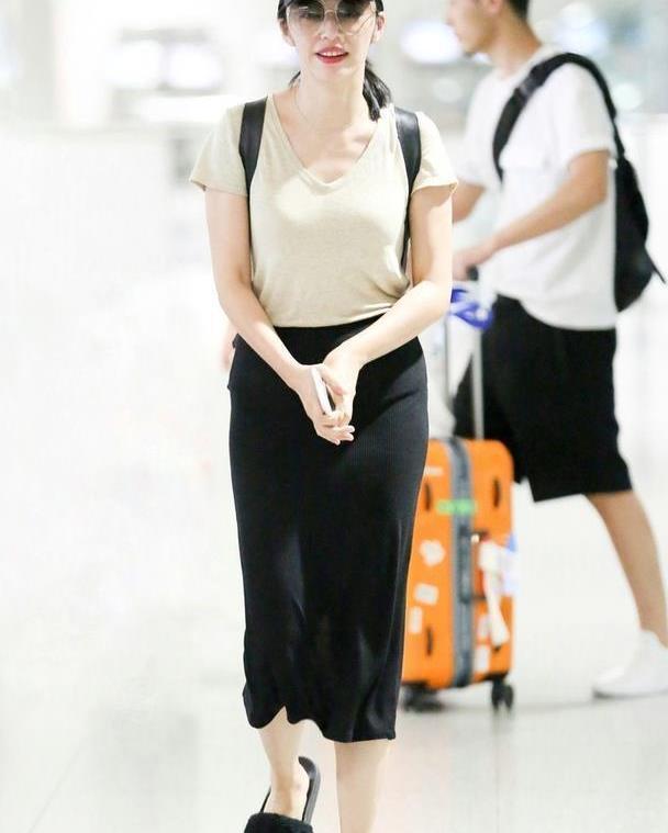 姚晨又穿拖鞋走机场,燕麦色T恤配半身裙看似廉价,她却意外高级