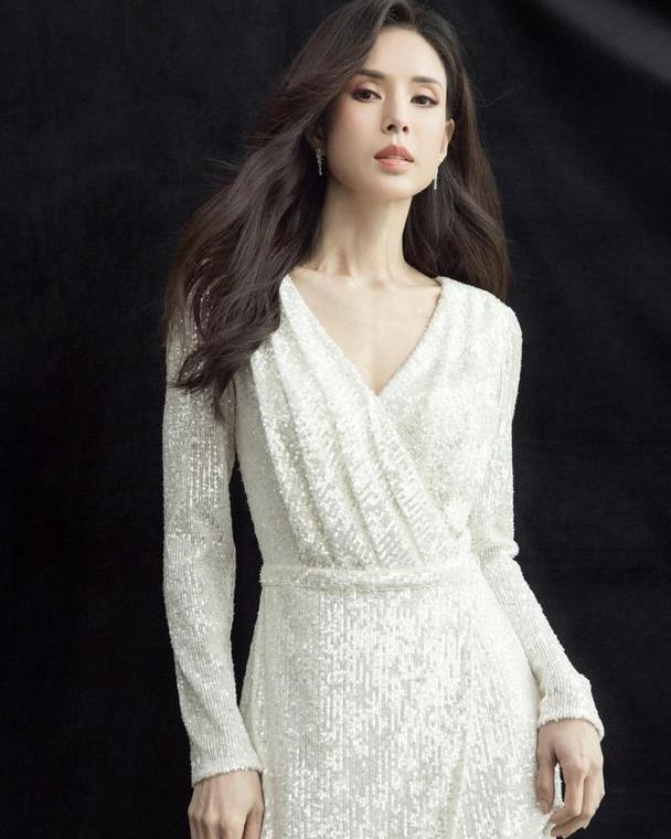 """李若彤才是真""""冻龄"""",没想到穿的简单点,反而更优雅"""