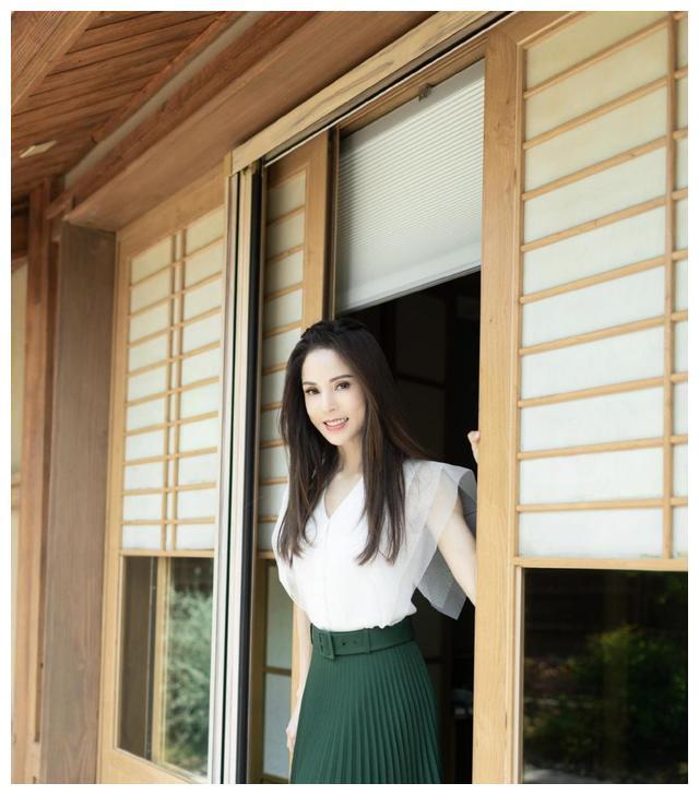 54岁李若彤状态真好,一身皮衣套装潇洒帅气,短发造型超减龄