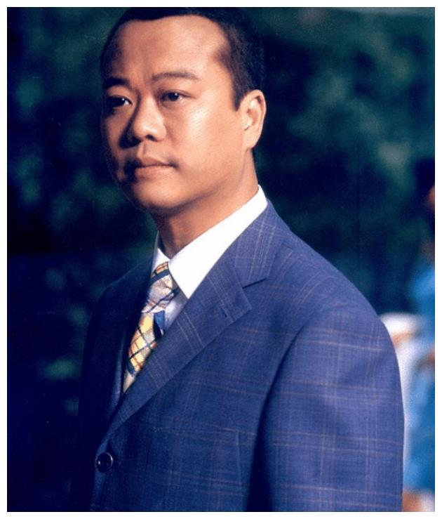 香港帅哥千千万,可就算是吴彦祖,也比不过这个秃头肥胖中年男