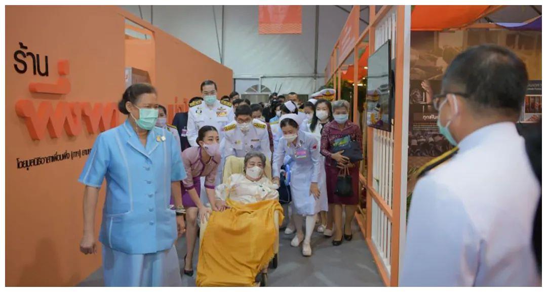 泰国大公主好孝顺,推着白发苍苍的母亲出现,跪地服侍也不嫌累!