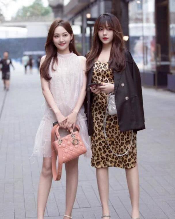 时尚裙装打造十足的休闲范,简约大方衬托清新时尚的魅力