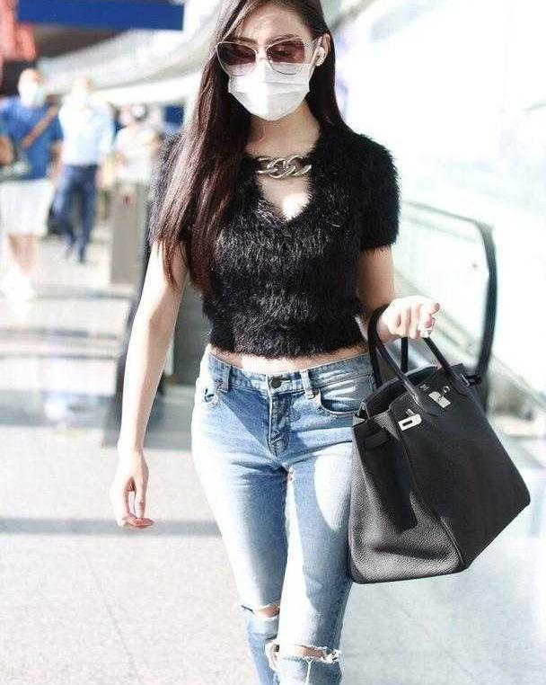 """张天爱走机场太拼了,穿黑色""""皮草""""露脐装配牛仔裤,看着都热"""