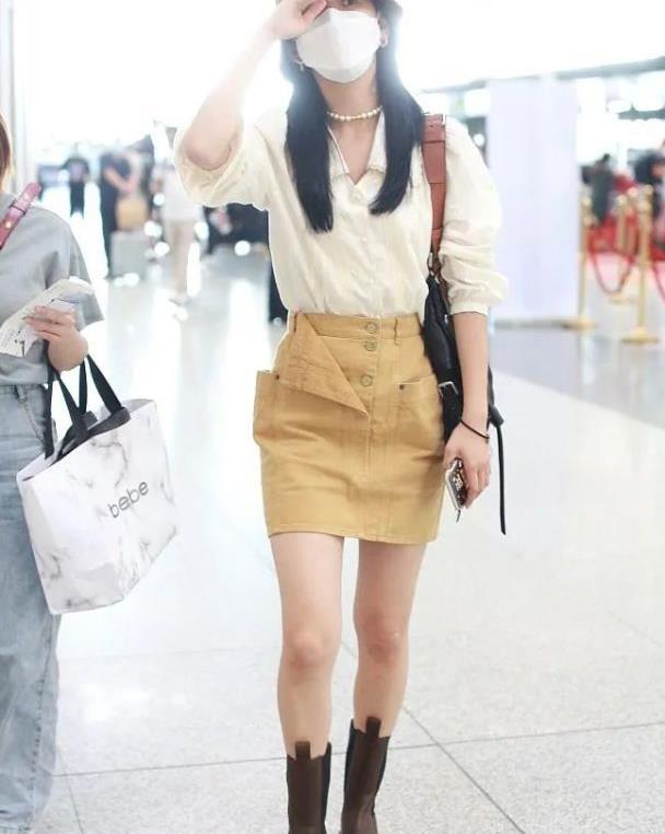 章若楠现身机场,白衬衫配短裙秀美腿,难怪蔡徐坤让她担任MV女