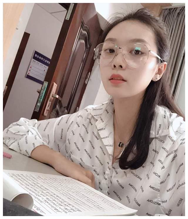 她是中国女排公认的女神,长相甜美身材高挑,进入大学后成为校花