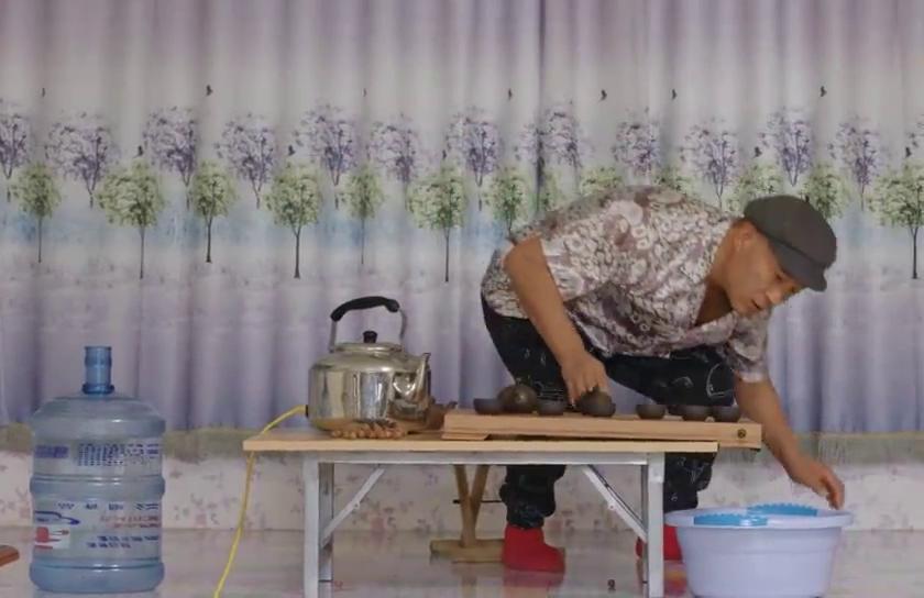 赵四在炕上练茶道,被媳妇一通说