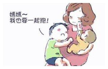 有了二宝,大宝吃醋,聪明妈妈这样做,长大后他们会相亲相爱!