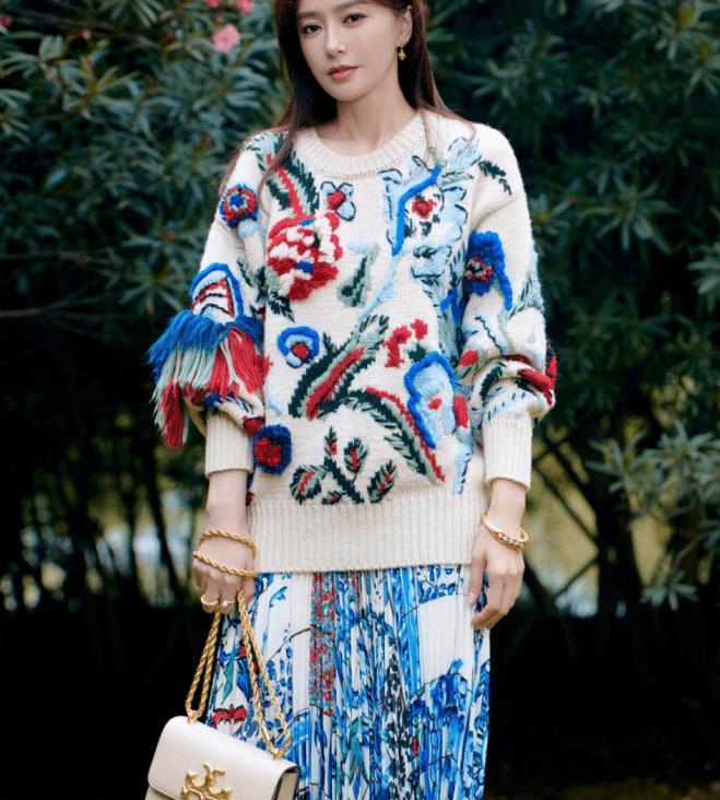 秦岚41岁状态依旧不输少女,穿刺绣针织配百褶裙,配色活泼好显