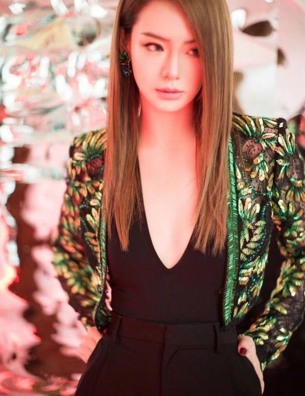 戚薇太会穿,深V黑色高腰裤搭绿色短外套,气场真是超强